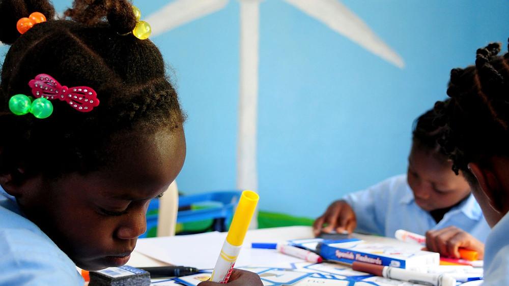 Dans cette école, les élèves apprennent à écrire des poèmes en s'inspirant des jardins et des fleurs; le calcul, en mesurant le bilan carbone; le cycle de l'eau, en construisant une aqua-ferme. REUTERS/Stringer