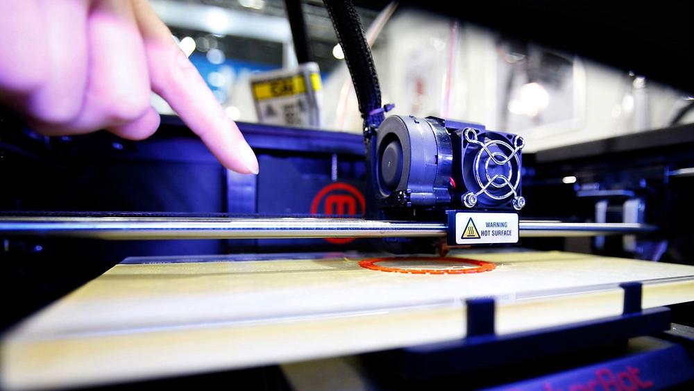 Au Togo, un ingénieux bricoleur fabrique une imprimante 3D à partir des déchets informatiques des occidentaux. REUTERS/Yuya Shino