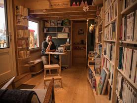 Dans la tiny-house de Jean-Jacques : une mini-librairie itinérante. (#018)