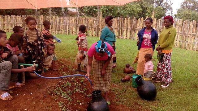 Pour les habitants du village de Dorzé, plus besoin de faire des kilomètres à pied pour avoir accès à l'eau potable. Photo : Warka Water.