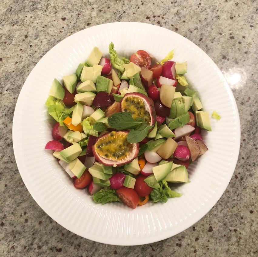 Salat med avocado, passionsfrugt, blommer og radiser