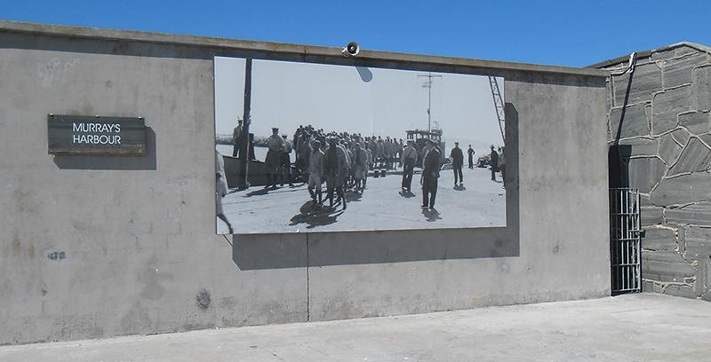 جدار مرفأ موراى والذى بناه المساجين واللوحات تبرز فترة السجن