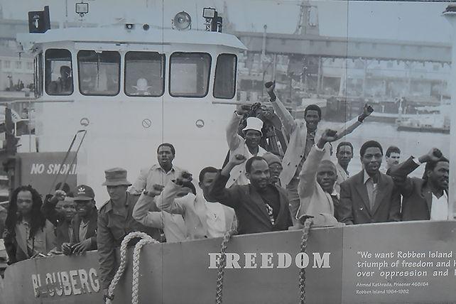 سرد تاريخى ومعلومات هامة حول جزيرة روبن والتى قضى فيها نيلسون مانديلا عقوبة السجن لمدة 18 عام والمزيد حول الرحلة السياحية لزيارة جزيرة روبن