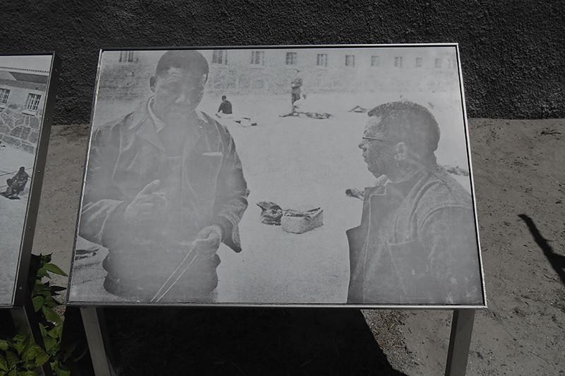 السجين نيلسون مانديلا اثناء تأدية فترة عقوبتة على جزيرة روبن