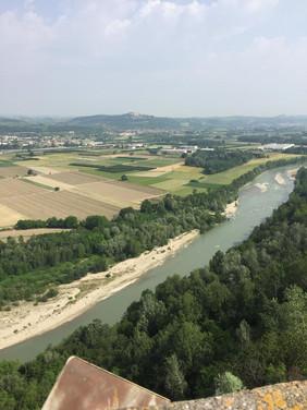 Floden Poh delar vackert landskapet.