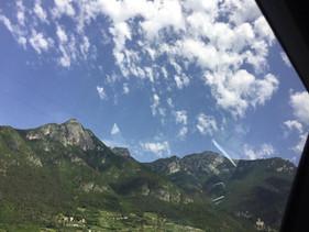 Vy över ägorna till Borgo dei Posseri i Ala.