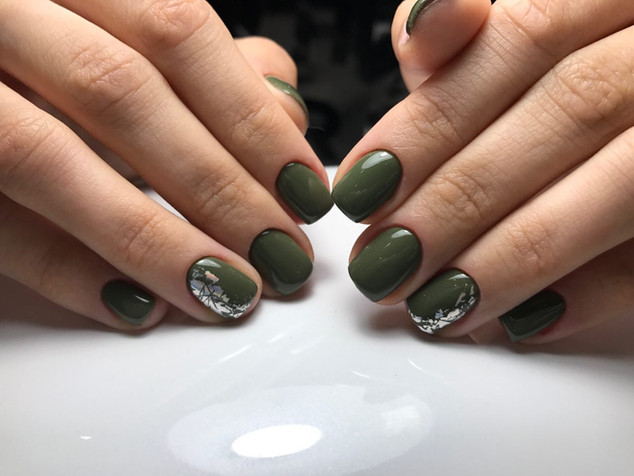 Yeşil oje renkli protez tırnak