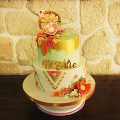Gâteau style Boho chic coloré décor pâte à sucre