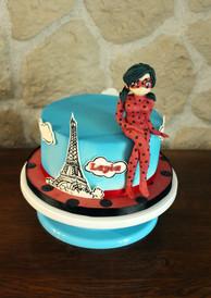 Gâteau décoré anniversaire enfant thème miraculous ladybug