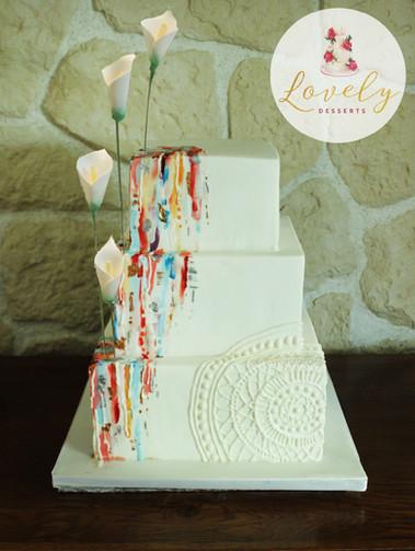 Wedding cake effet peinture et dentelle avec fleurs