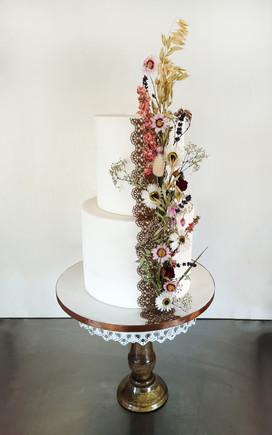 Wedding cake champêtre élégant avec fleurs séchées