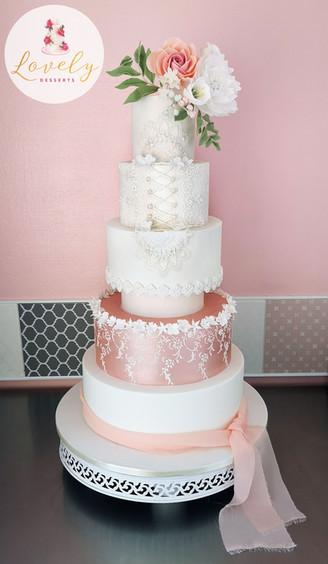 Wedding cake romantique avec fleurs en sucre et lacage