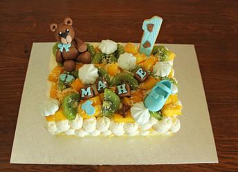 Gâteau léger avec décors en pâte à sucre petit garçon