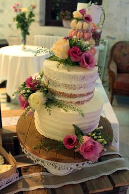 """Wedding cake """"Nude cake"""" rustique & romantique avec fleursWedding cake """"Nude cake"""" rustique & romantique avec fleurs fraîches"""