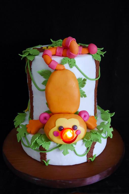 Gâteau pâte à sucre baptême anniversaire avec reproduction de doudou