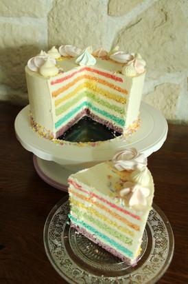 Gâteau décoré pastel avec effet rainbow cake
