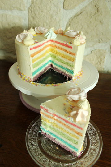 Gâteau d'anniversaire enfant pastel avec effet rainbow cake