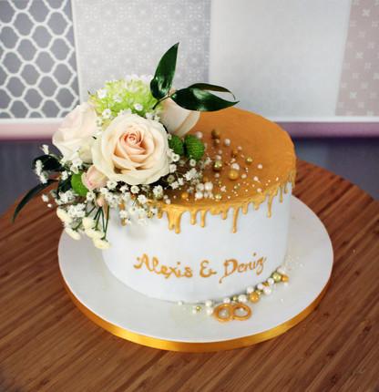 Gâteau de fiançailles effet drip cake doré avec décor fleurs