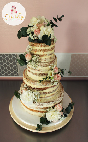 "Wedding cake ""Nude cake"" rustique & romantique avec fleursWedding cake ""Nude cake"" rustique avec fleurs fraîches"