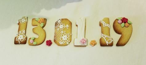 Biscuits décorés formant la date du mariage, style élégant et romantique