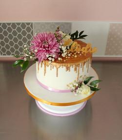 Drip cake doré avec fleurs