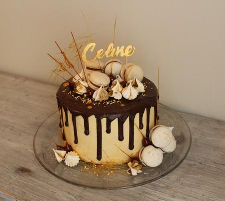 Gâteau drip cake gourmand  chocolat meringue macaron