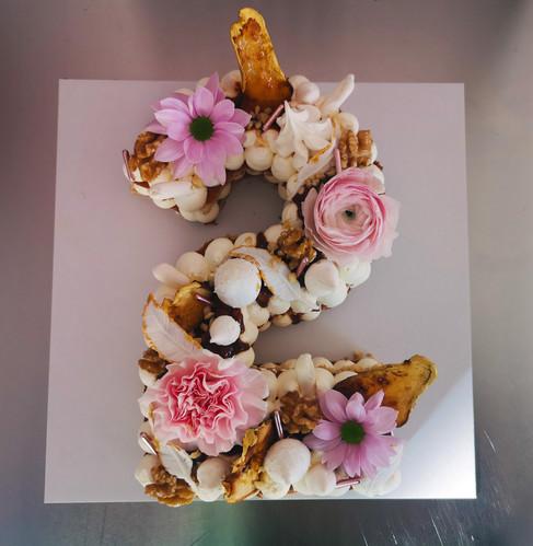 Letter Cake poire caramel noix décor fleurs