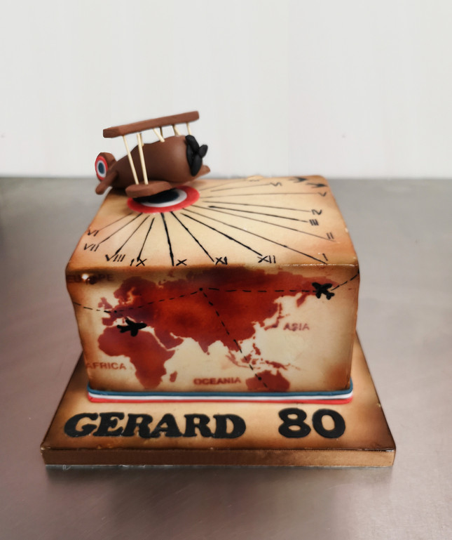 Gâteau décoré thème avion, voyage vintage et cadran solaire