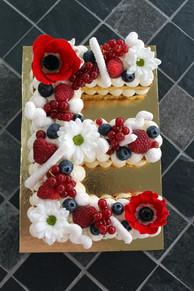Letter Cake Fruits Rouges décor fleurs