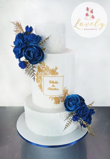 Wedding cake bleu & or, monogramme d'après invitation
