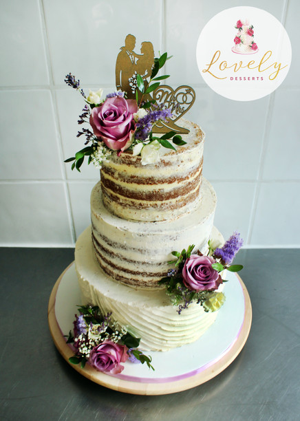 "Wedding cake ""Nude cake"" rustique & romantique avec fleursWedding cake ""Nude cake"" rustique avec fleurs fraîches & cake topper"