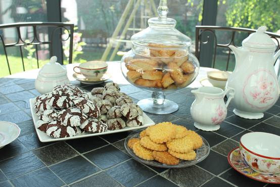 Assortiment de biscuits artisanaux: crinkles, galettes bretonnes, financiers
