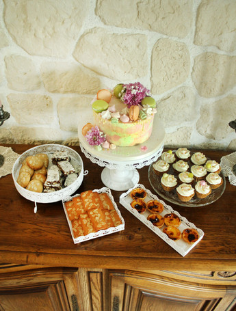 Table de desserts avec pasteis, cupcakes, financiers, cookies & brownies sans gluten et gâteau