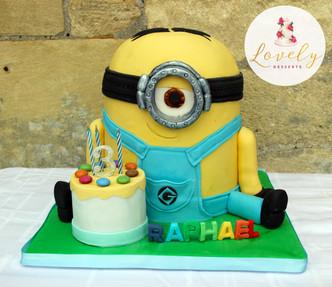 Gâteau pâte à sucre anniversaire enfant thème minion avec surprise