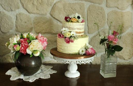 """Wedding cake """"Nude cake"""" rustique & romantique avec fleurs fraîches"""