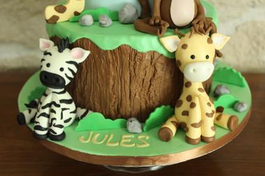 Gâteau d'anniversaire thème jungle avec modelages girafe, zèbre, singe, lion