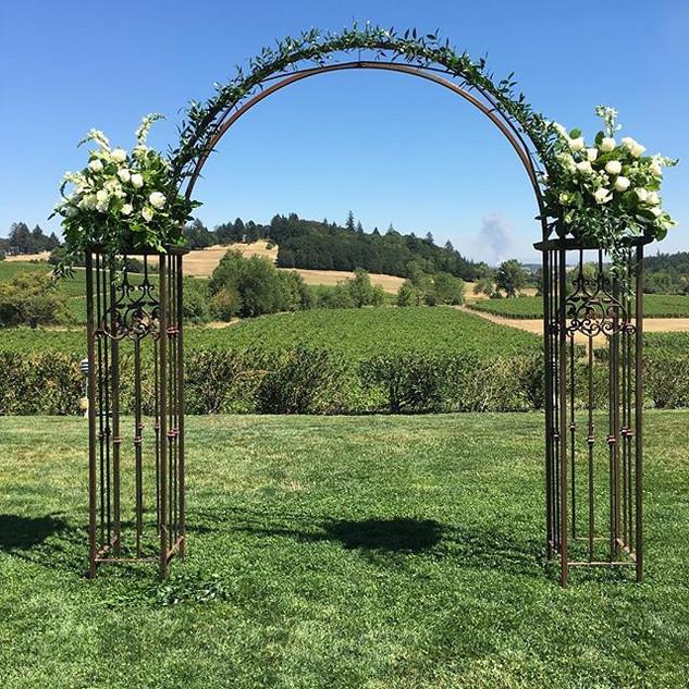 Pretty arches!  #oregonwedding #winecoun