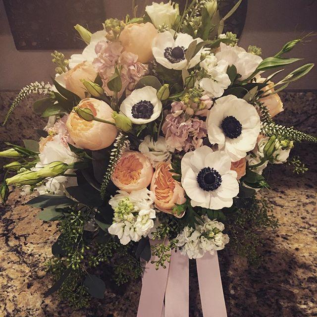 Gotta love anemones! #distinctivedesignsbydenice #makingyoureventsblossom #thebarnpnw #barnwedding