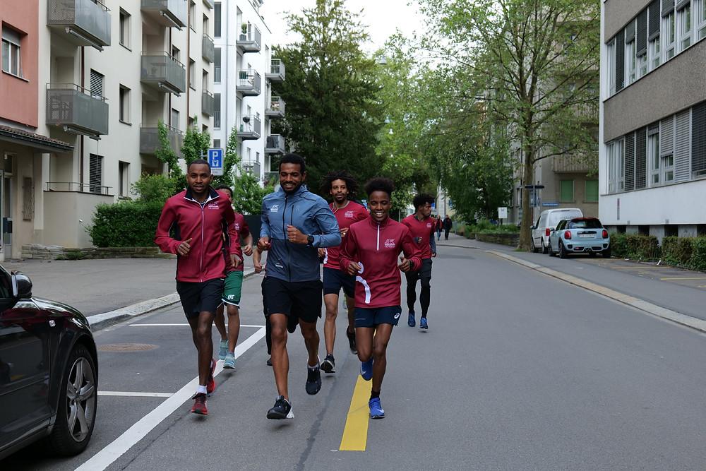 Die Laufgruppe ist in Bewegung. Mit dabei Marathonläufer Tadesse Abraham.