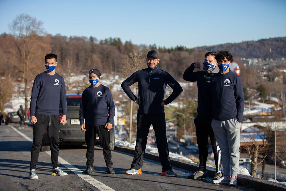 Gruppenfoto: Kaya Yanar und 4 Sportegration Teilnehmer posieren. Alle lächeln in die Kamera