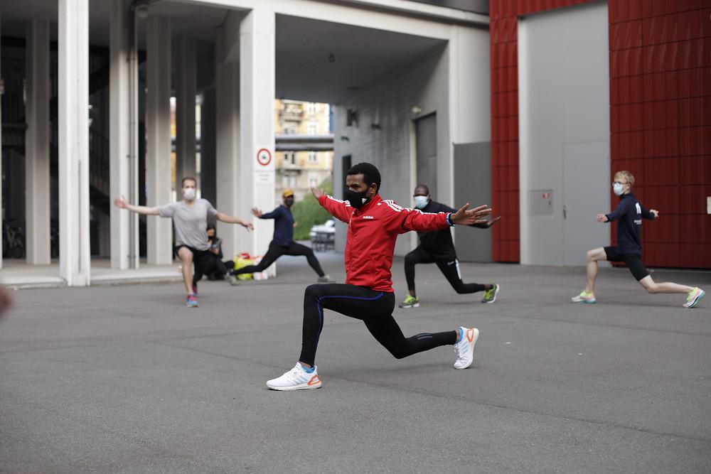 Spitzenläufer Tadesse Abraham zeigt eine Übung vor