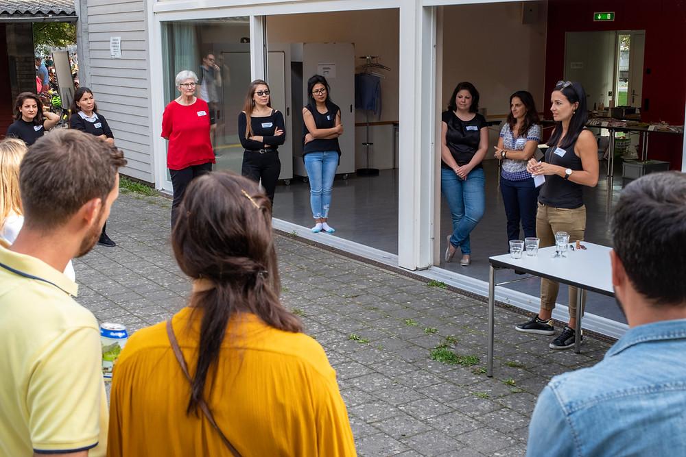 Sportegration Geschäftsführerin Annina Largo begrüsste mehrere Freiwillige bei einem Freiwilligentreff.