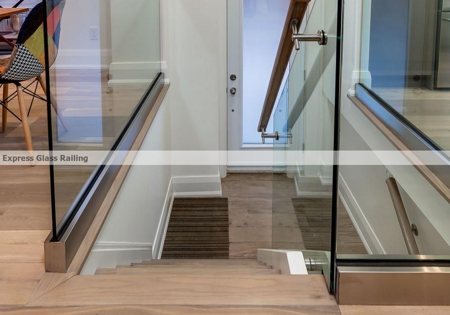 Shoemoulding glass railing