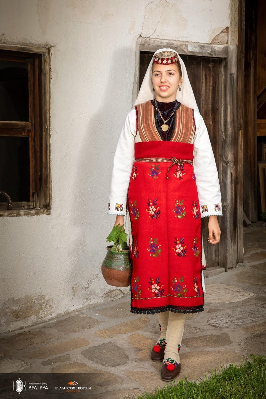 Разложки бял клашник – празнично невестинско облекло от края на ХІХ век