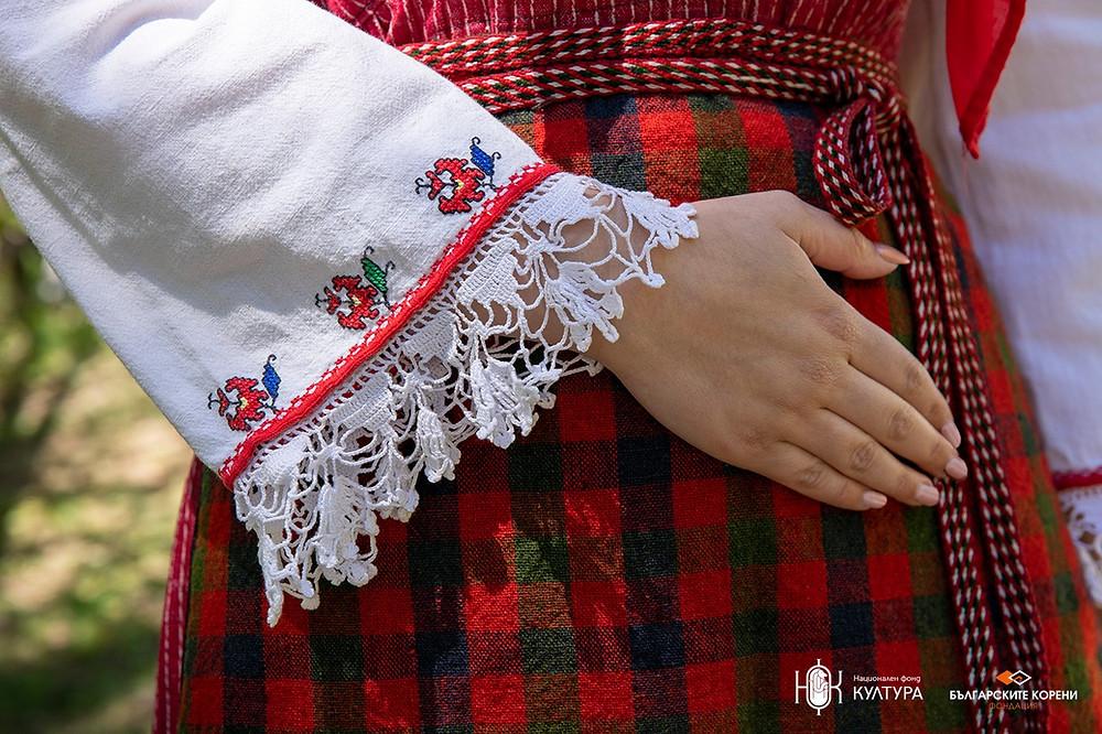 Червена фустанела, характерна за с. Баня от 20-те години на ХХ век