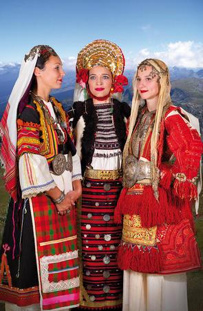"""2019 Календар с носии """"Три сестри - 100 години по-късно"""""""