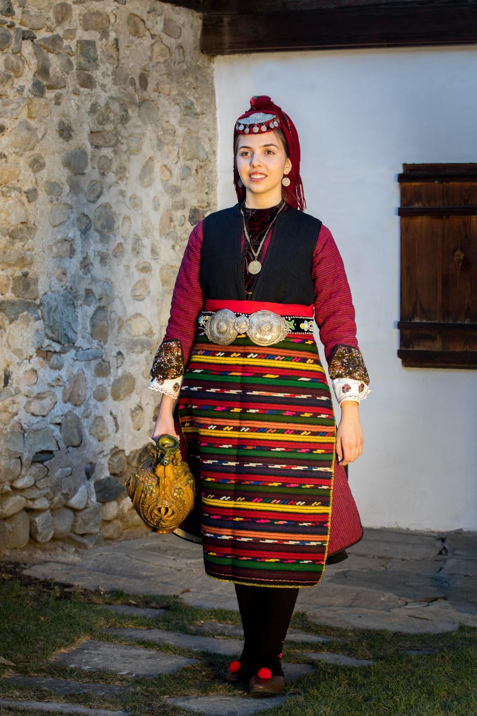 Празничен зимен разложки костюм –  аба, характерен за втората половина на ХІХ век