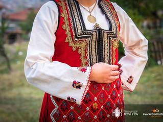 Аленият (червен) фустан – типична и най-популярна в Разлог носия