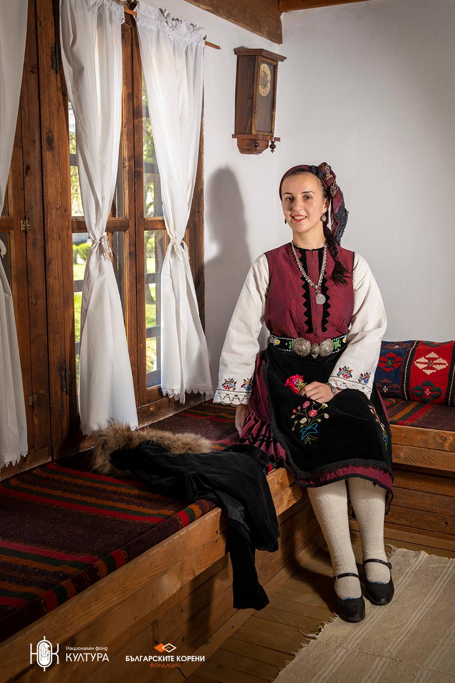 """Фустан """"гезиа"""" (джизия) в морав цвят, празничен костюм от началото до 40-те години на ХХ век"""