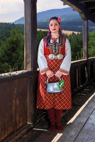 """2020 Календар с родопски носии """"БЕЛА СЪМ БЕЛА, ЮНАЧЕ"""""""
